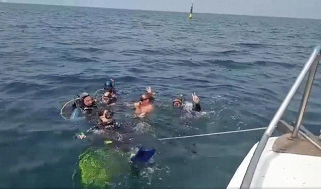 Детская группа совершили свое первое погружение с катера в открытом море